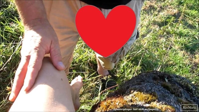 Spaziergänger geilt sich an KissMaria auf