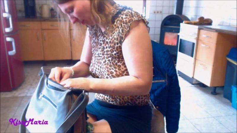 Hammergeiler selbstfick in der Küche mit KissMaria