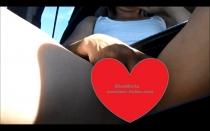 KissMaria vertreibt sich das Warten im Auto